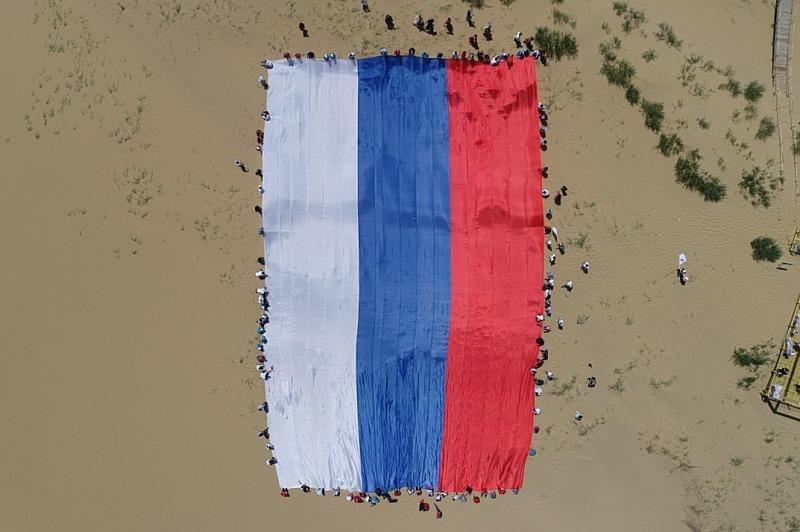 ОНФ Дагестана развернул флаг России на бархане Сарыкум