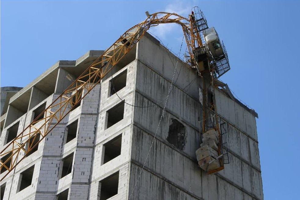 Шквалистый ветер свалил башенный кран на новостройку в Кизляре (ФОТО)
