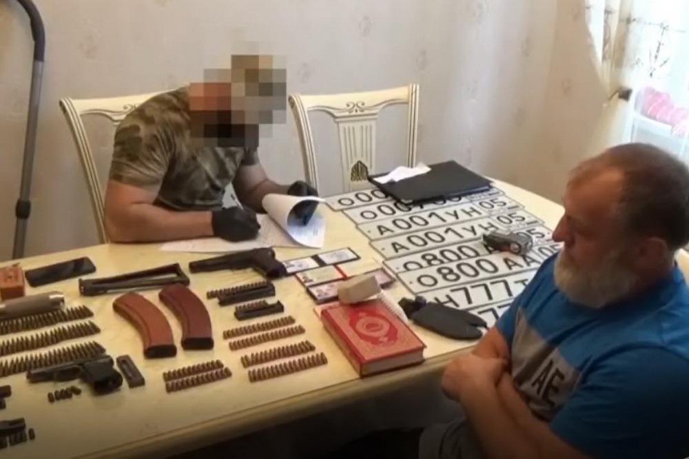 У жителя Ленинкента изъят арсенал оружия и поддельные удостоверения