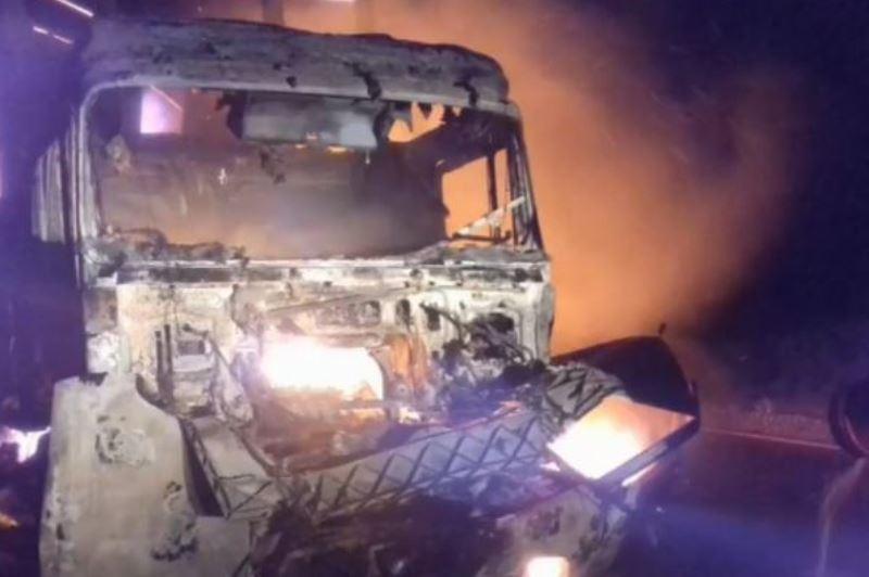 В ДТП в Дагестане сгорели грузовик и «восьмерка»: погиб человек