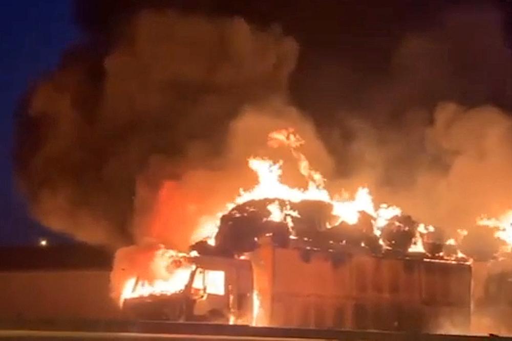 На трассе Махачкала - Хасавюрт сгорел КамАЗ с прицепом (ВИДЕО)
