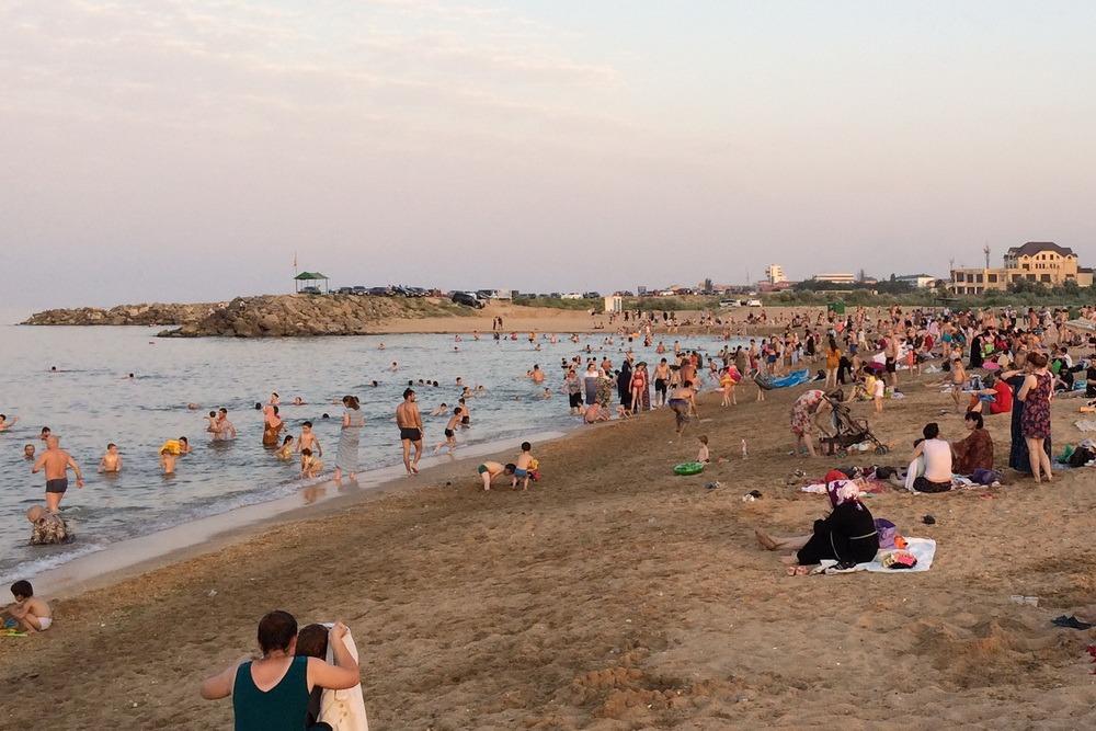 Роспотребнадзор снял запрет на купание в море в черте Каспийска