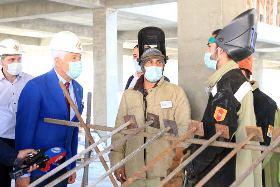 Владимир Васильев посетил строительную площадку школы в Каспийске