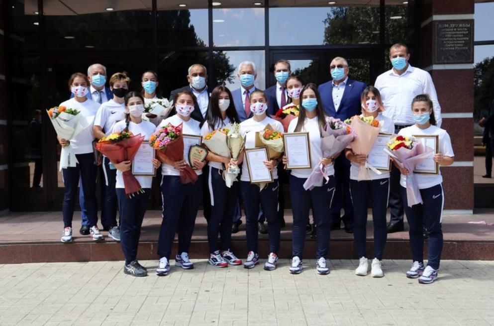 Владимир Васильев встретился с женской сборной командой Дагестана по пляжному регби