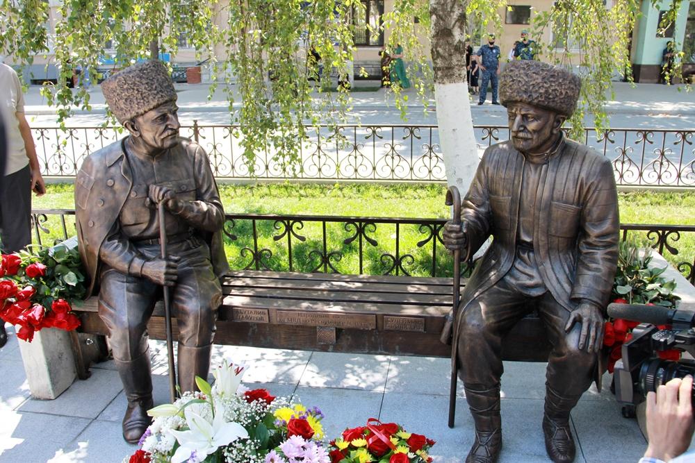 В центре Махачкалы открыт памятник двум дагестанским поэтам