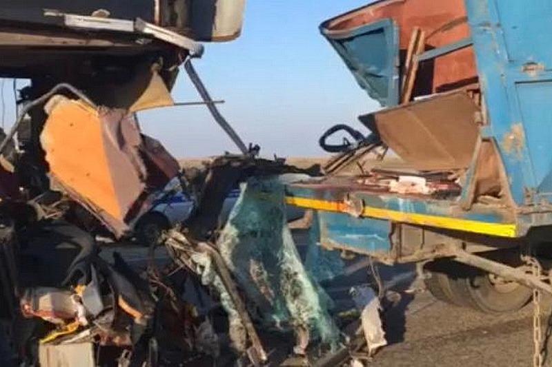 В Калмыкии автобус «Махачкала – Москва» столкнулся с КамАЗом. Погибли три пассажира (ФОТО)