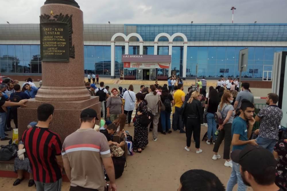 В аэропорту Махачкалы искали бомбу
