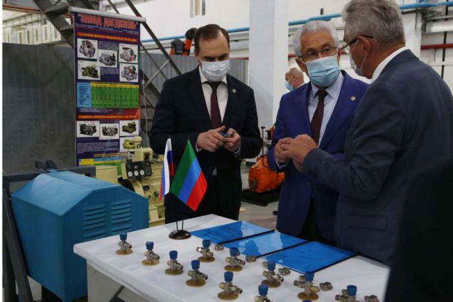 Владимир Васильев наградил коллектив завода «Дагдизель» за помощь в обеспечении больниц оборудованием в период пандемии