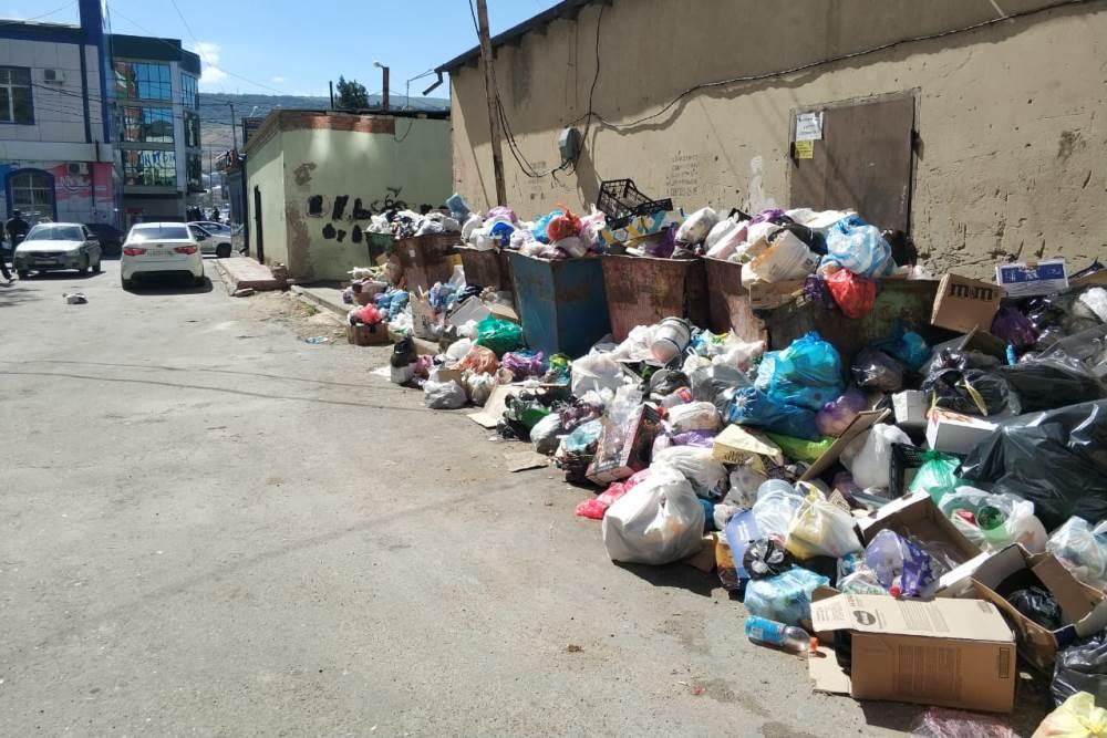 Комплекс проблем у управляющей компании помешал вывозу мусора в Махачкале