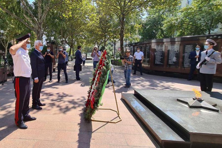 Владимир Васильев почтил память сотрудников, погибших при исполнении служебного долга
