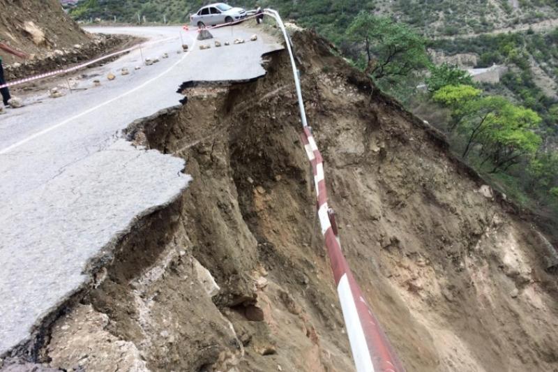 В Гунибском районе на автодороге Гуниб - Кумух произошел обвал