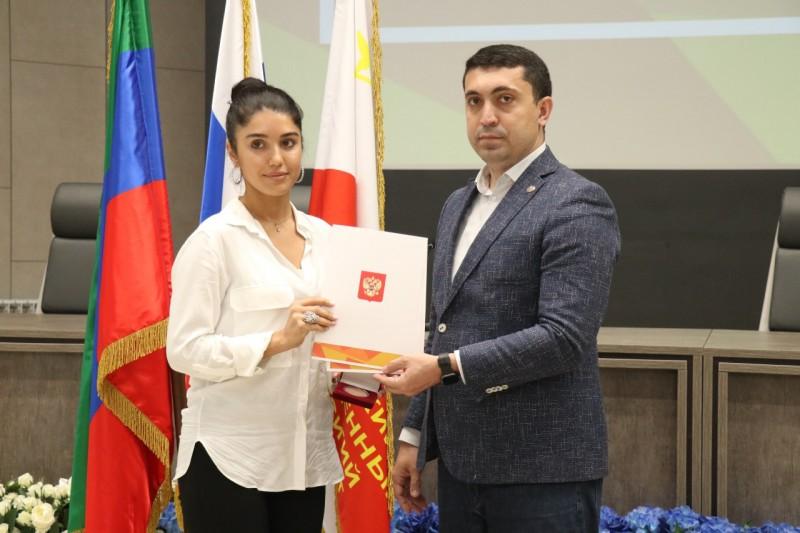 В Махачкале волонтеров наградили медалями за вклад в организацию акции «МыВместе»