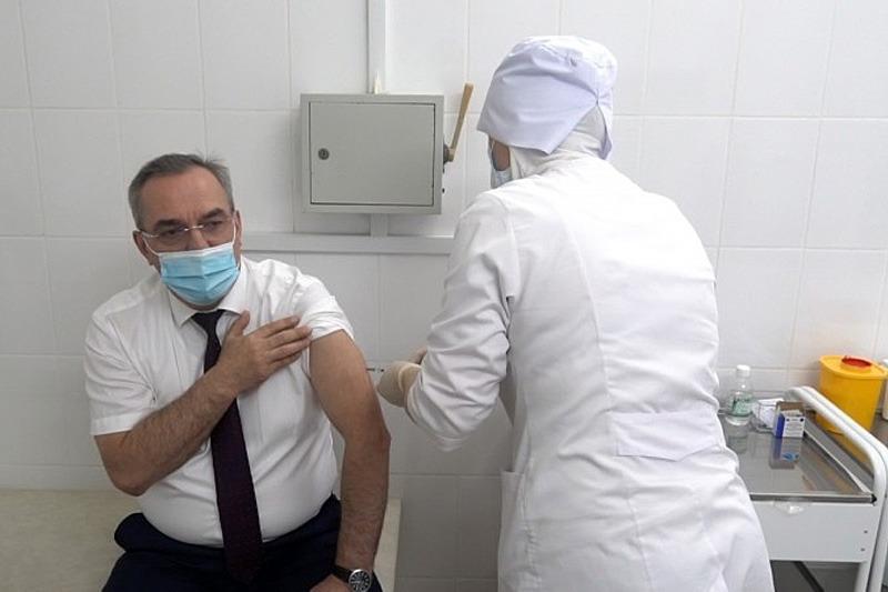 Глава минздрава Дагестана сделал прививку от ковида
