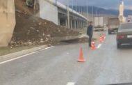 У южного въезда в Махачкалу обрушилась стена дорожной эстакады