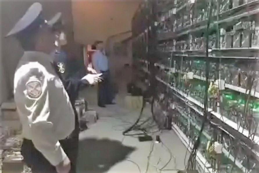 В Дагестанских Огнях полицейские накрыли майнинг-ферму в частном доме