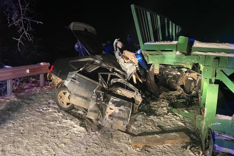 «Лада» врезалась в мост: погибли водитель и пассажир