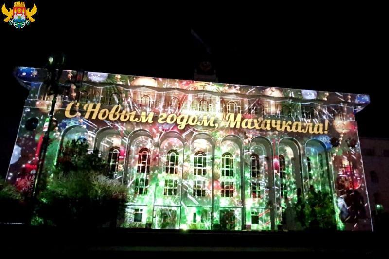 На главной площади Махачкалы проходят новогодние представления