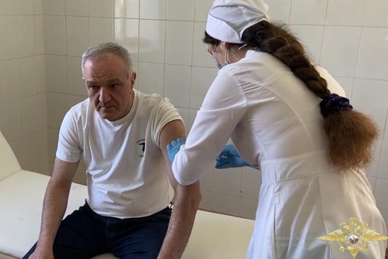Глава МВД Дагестана сделал прививку от коронавируса