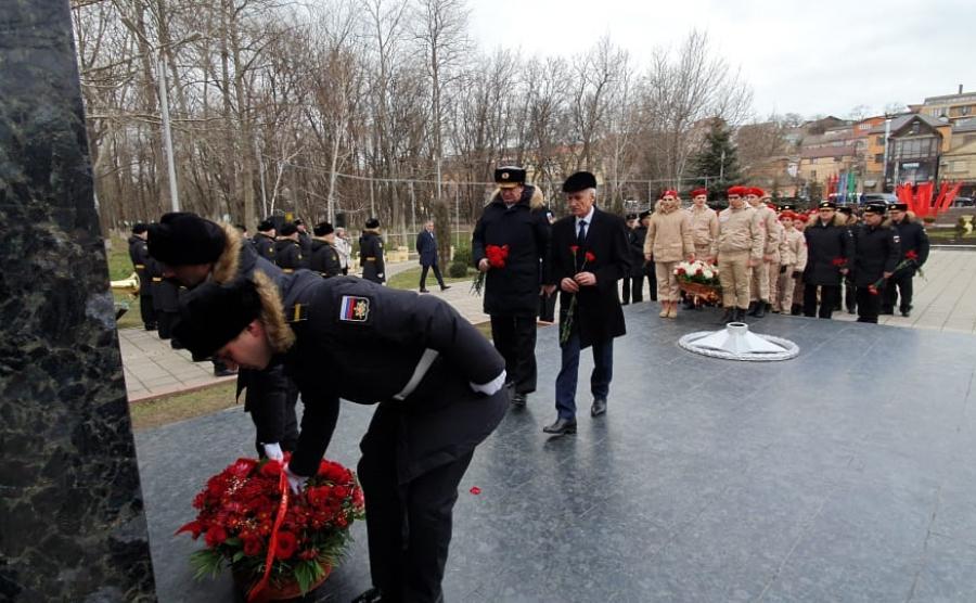 Участники оперативного сбора руководящего состава ВМФ возложили цветы к памятникам Воину-освободителю и Герою Советского Союза Магомеду Гаджиеву