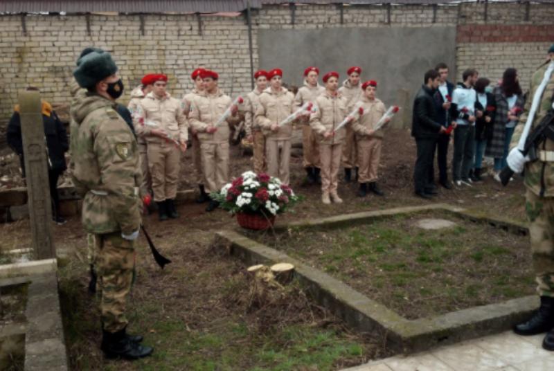 В Махачкале к могиле кавалера ордена Мужества Марата Молчанова возложили цветы
