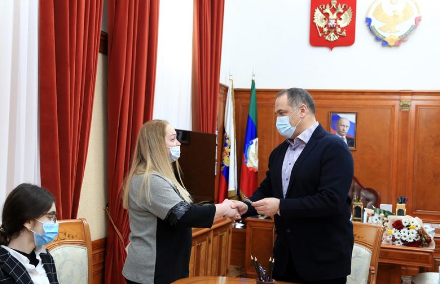 Сергей Меликов вручил ключи от квартиры матери кавалера ордена Мужества Марата Молчанова