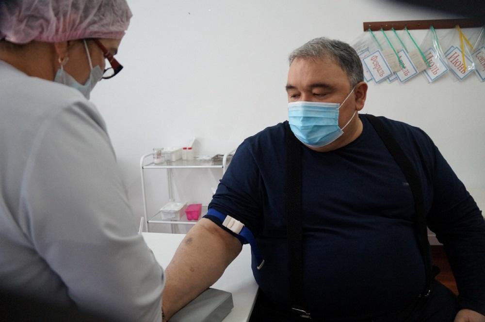 Глава Ногайского района прошел первый этап вакцинации