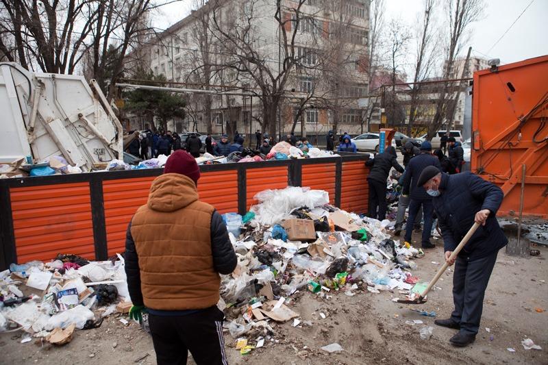 Работники мэрии Буйнакска оказали помощь в уборке мусора в Махачкале