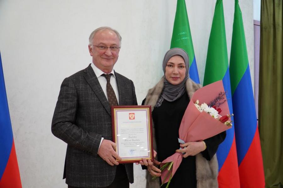 Абдулпатах Амирханов в преддверии 8 марта вручил дагестанкам государственные награды