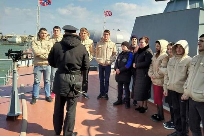 Для школьников из Кизляра организовали экскурсию на базу Каспийской флотилии