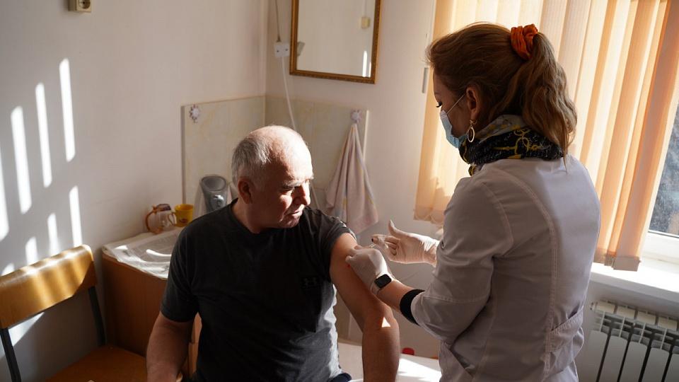 Корреспондент газеты «Ёлдаш» прошел вакцинацию от COVID-19