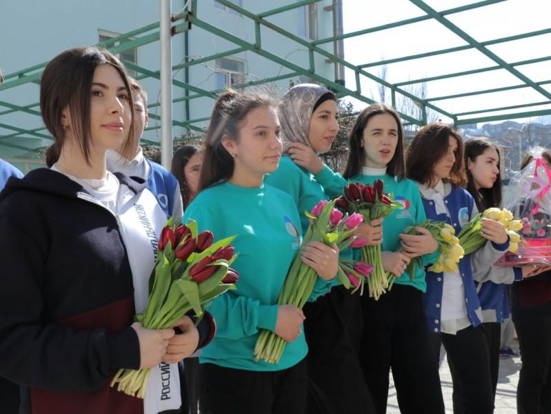 В рамках акции «Вам, любимые!» в Дагестане роздано более 4000 цветов