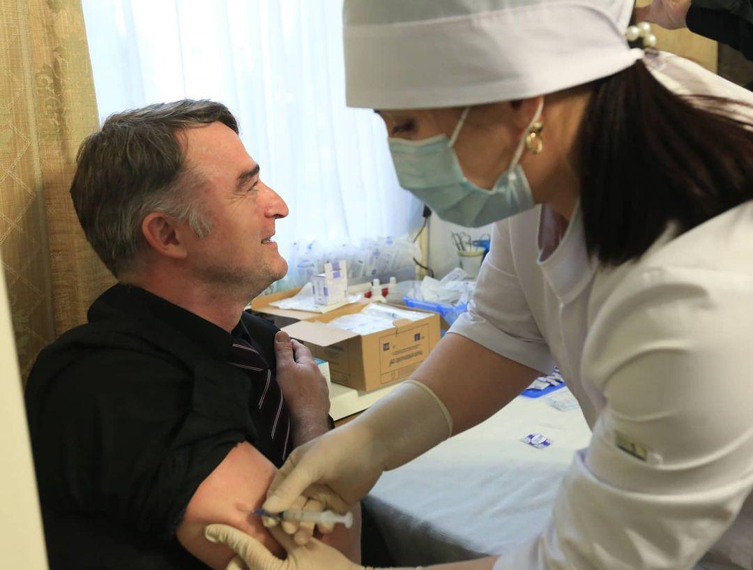 Сотрудники администрации главы и правительства Дагестана активно вакцинируются от COVID-19