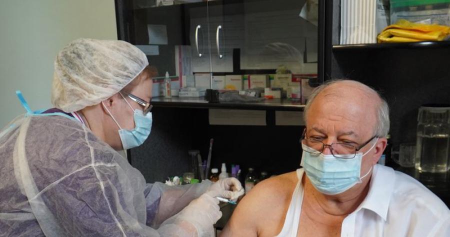 Анатолий Карибов вакцинировался от коронавируса