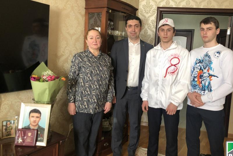 Мать Марата Молчанова торжественно поздравили с Международным женским днем
