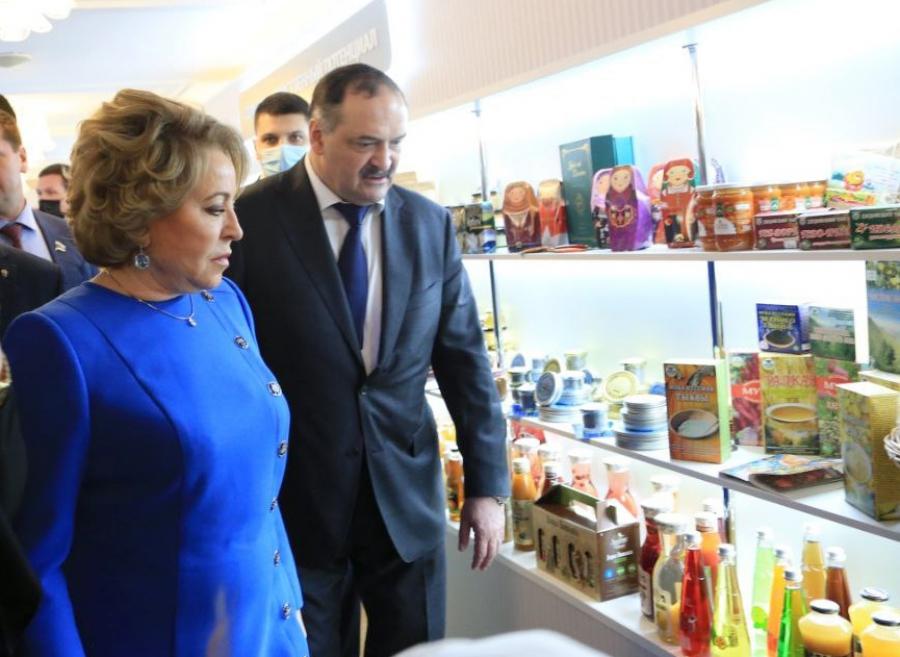 Сергей Меликов и Валентина Матвиенко ознакомились с выставкой Республики Дагестан в Совете Федерации