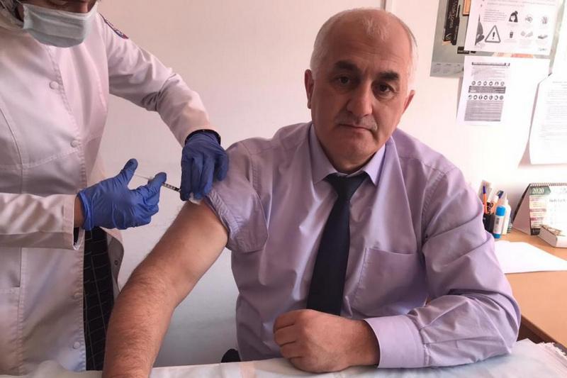 Работники спортивных организаций и волонтеры в Хасавюртовском районе прошли второй этап вакцинации