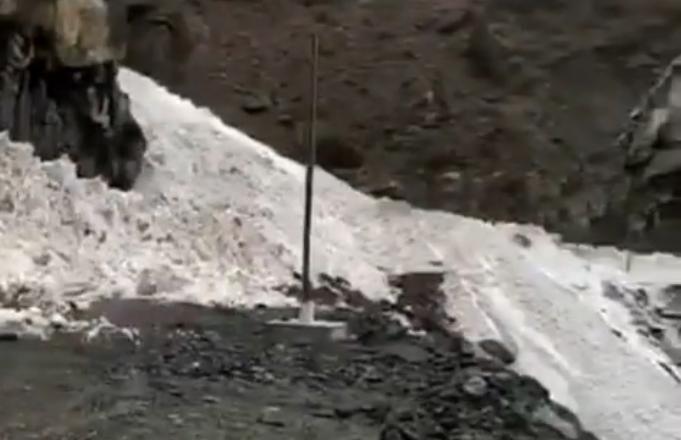 В Дагестане крупная лавина заблокировала три района и Бежтинский участок