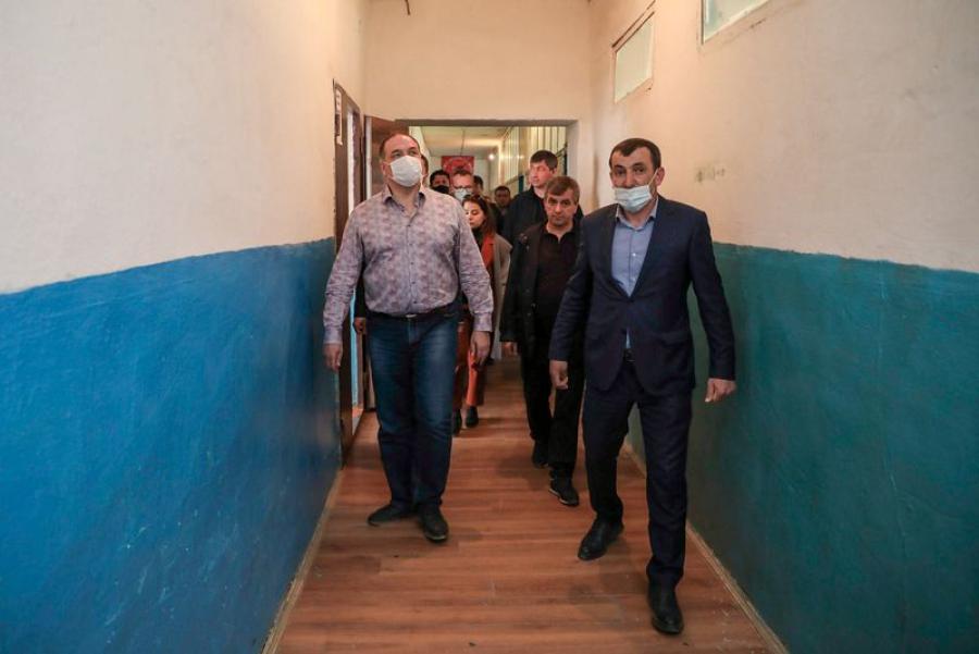 В Докузпаринском районе Сергей Меликов осмотрел аварийную школу и реконструируемую больницу