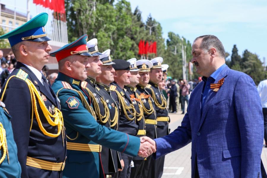 Сергей Меликов посетил генеральную репетицию Парада Победы в Каспийске