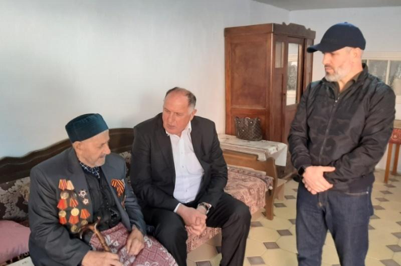 Абдулмуслим Абдулмуслимов поздравил ветерана Муцалахана Муцалханова
