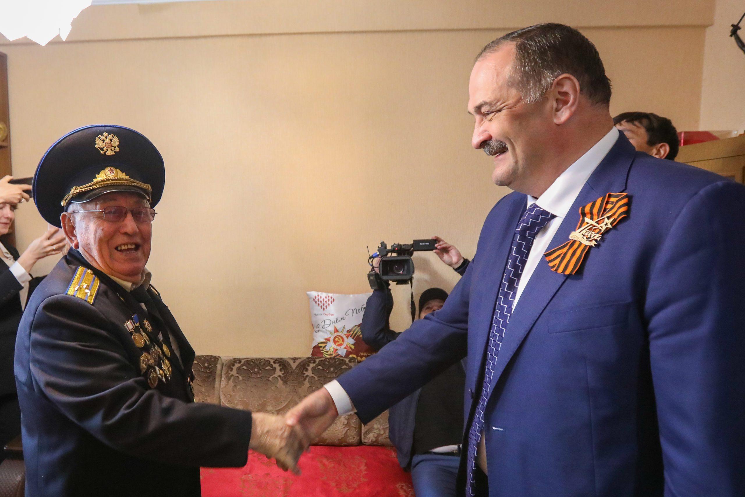 Сергей Меликов поздравил ветерана Великой Отечественной войны Магомета Шах-Гусейнова
