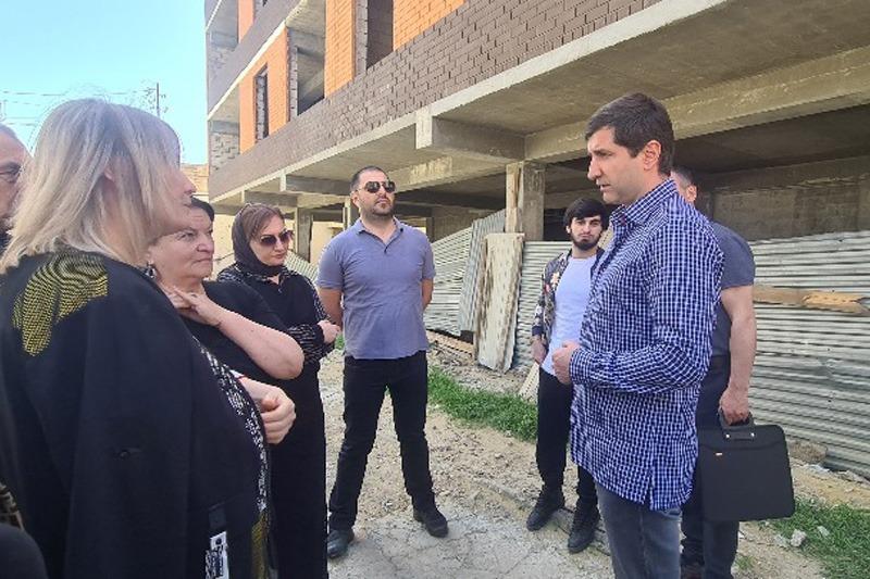 Батыр Эмеев встретился с застройщиком и дольщиками дома на улице Даниялова