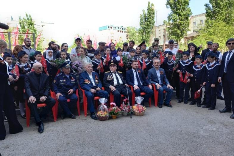 В Махачкале проводят акции «Поем двором» и «Парады у домов ветеранов ВОВ»
