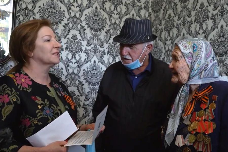По поручению Сергея Меликова глава минтруда РД поздравила ветеранов в Буйнакске