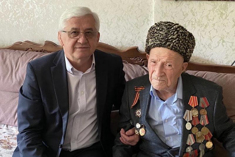 Ширухан Гаджимурадов поздравил ветеранов с Днем Победы