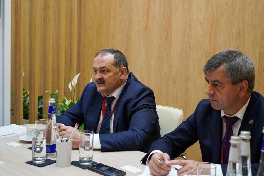 Сергей Меликов обсудил сотрудничество с крупным производителем стекла на экономическом форуме в Петербурге