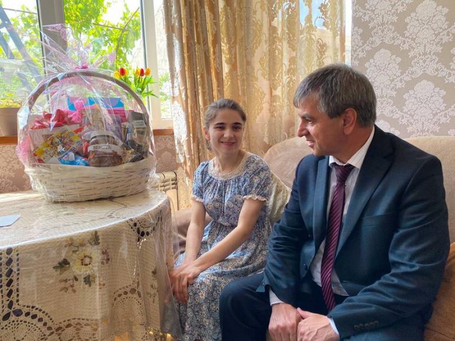 Нюсрет Омаров поздравил многодетную семью из Махачкалы с Днем защиты детей