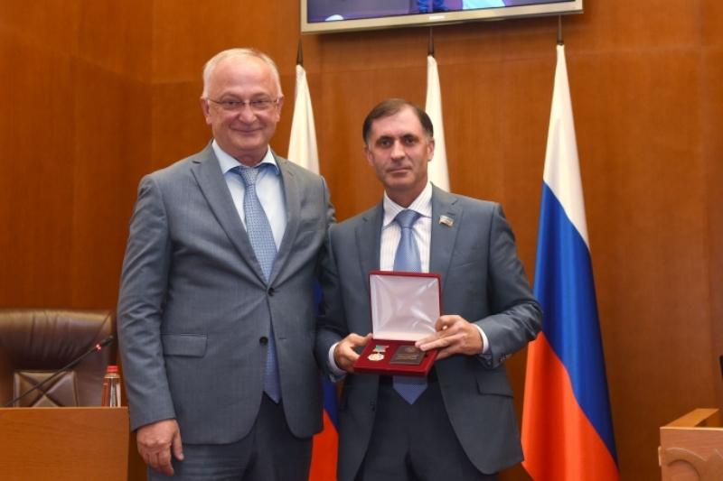 Депутатам Народного собрания Дагестана вручили государственные награды