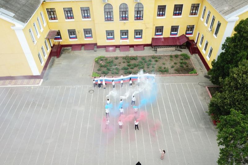 В Хасавюрте состоялся флешмоб «Флаги России»