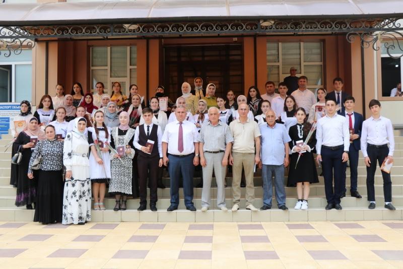 Глава Казбековского района премировал медалистов и победителей республиканского этапа ВОШ